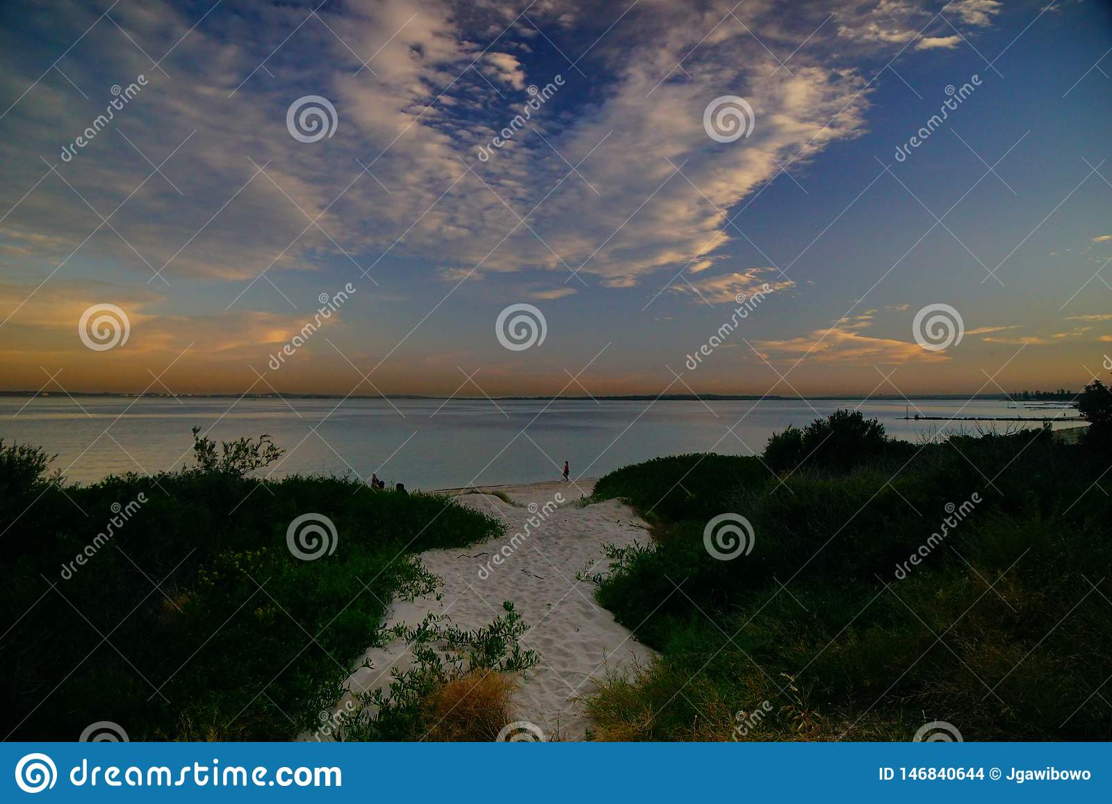 Le coucher du soleil au-dessus des Brighton-Le-sables ?chouent, Sydney,