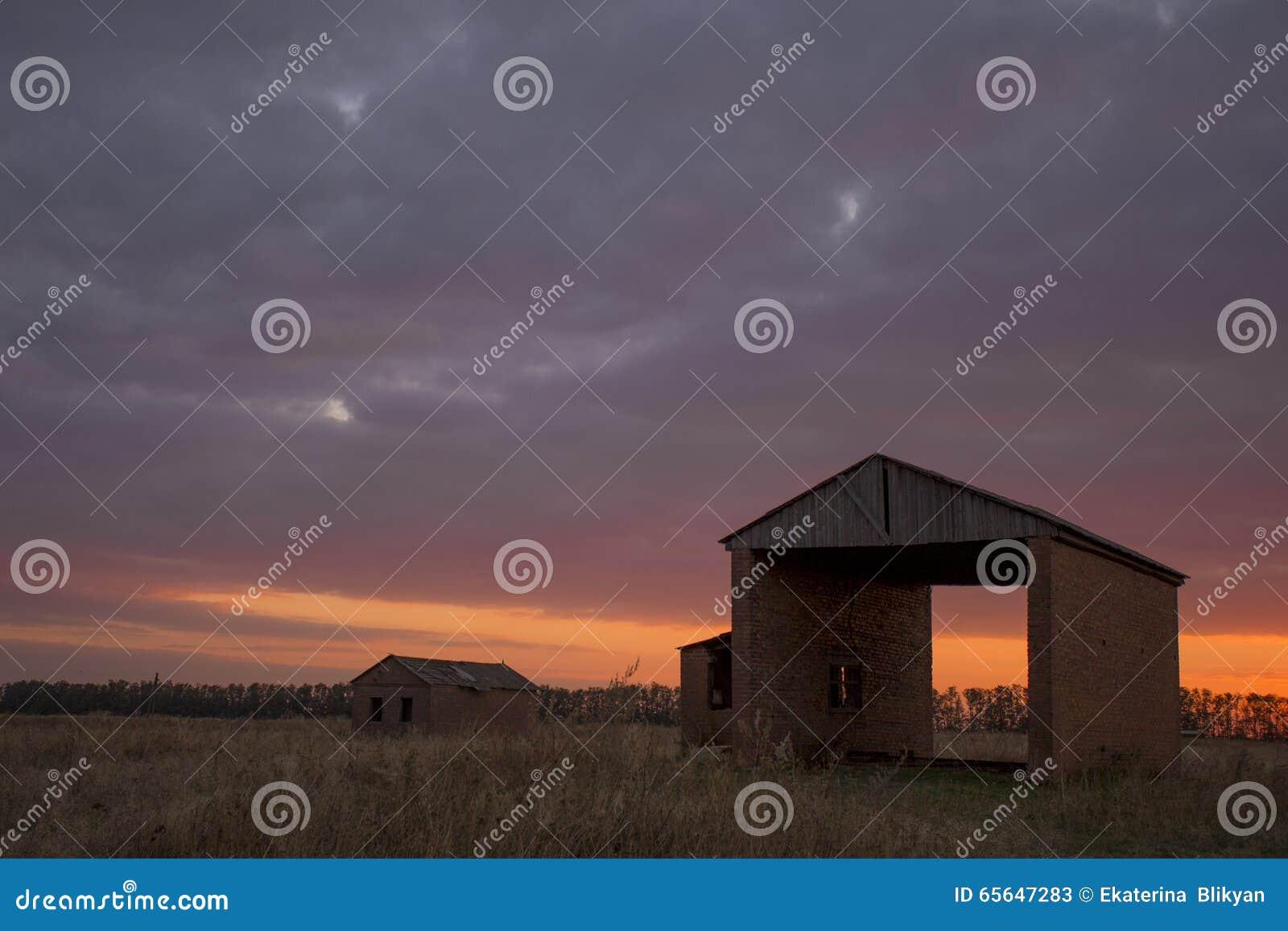 Le coucher du soleil cramoisi