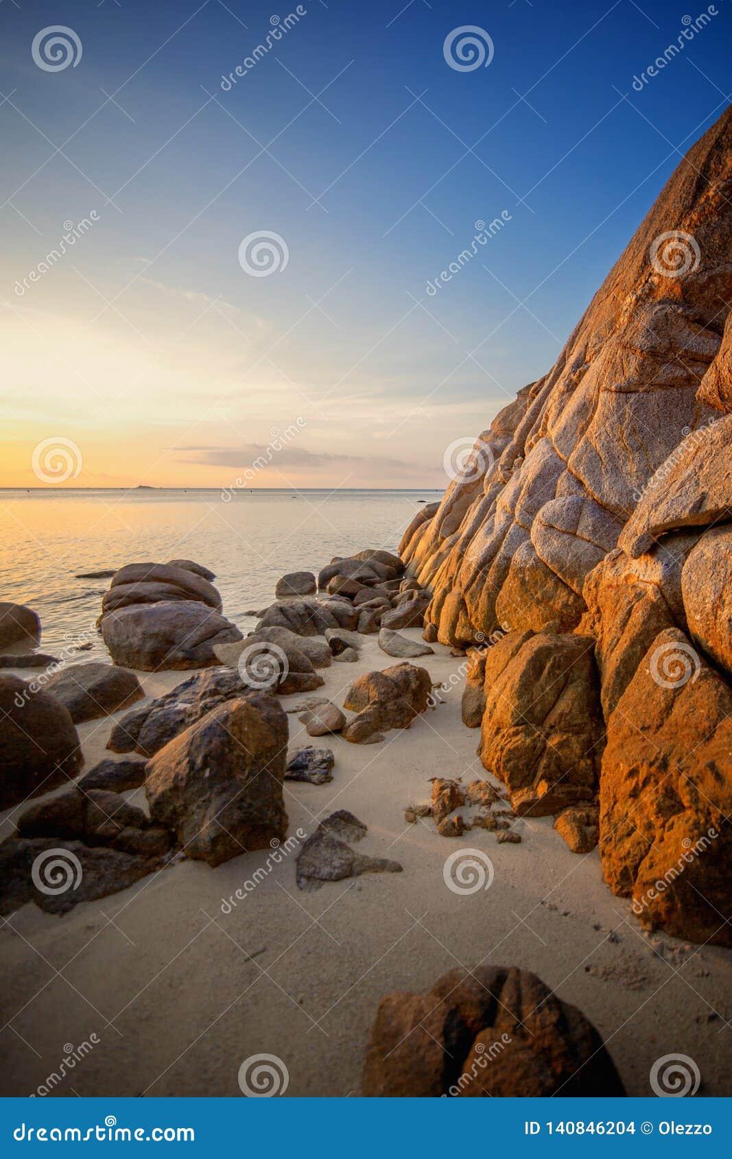 Le coucher du soleil de mer bascule la plage sur le fond de ciel bleu Lever de soleil de soirée de beauté Fond pour une carte d i