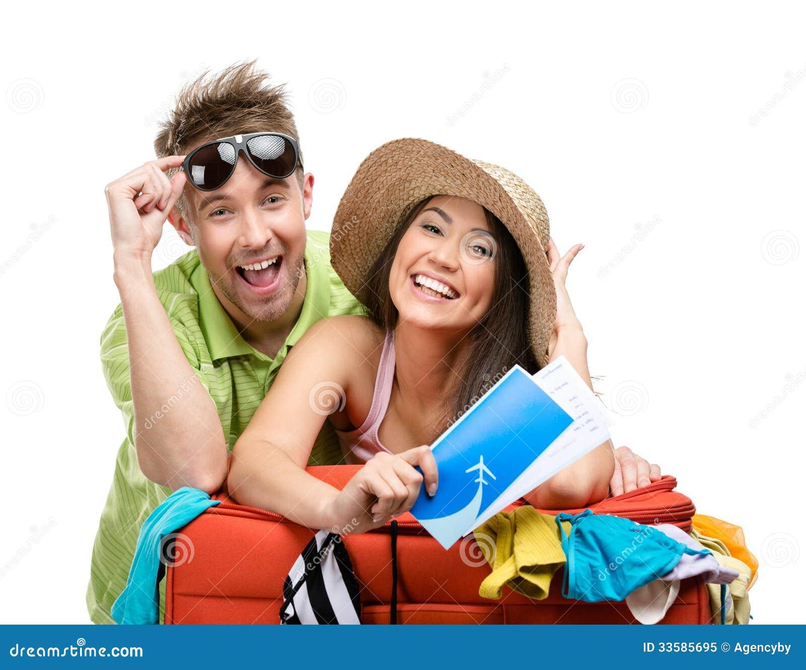 Le couple emballe vers le haut de la valise avec l habillement pour le voyage