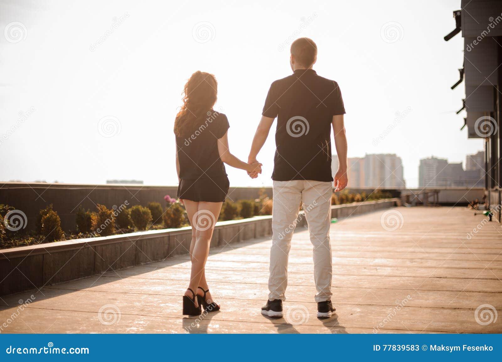 Le couple par derrière se tenir remet le regard sur la ville