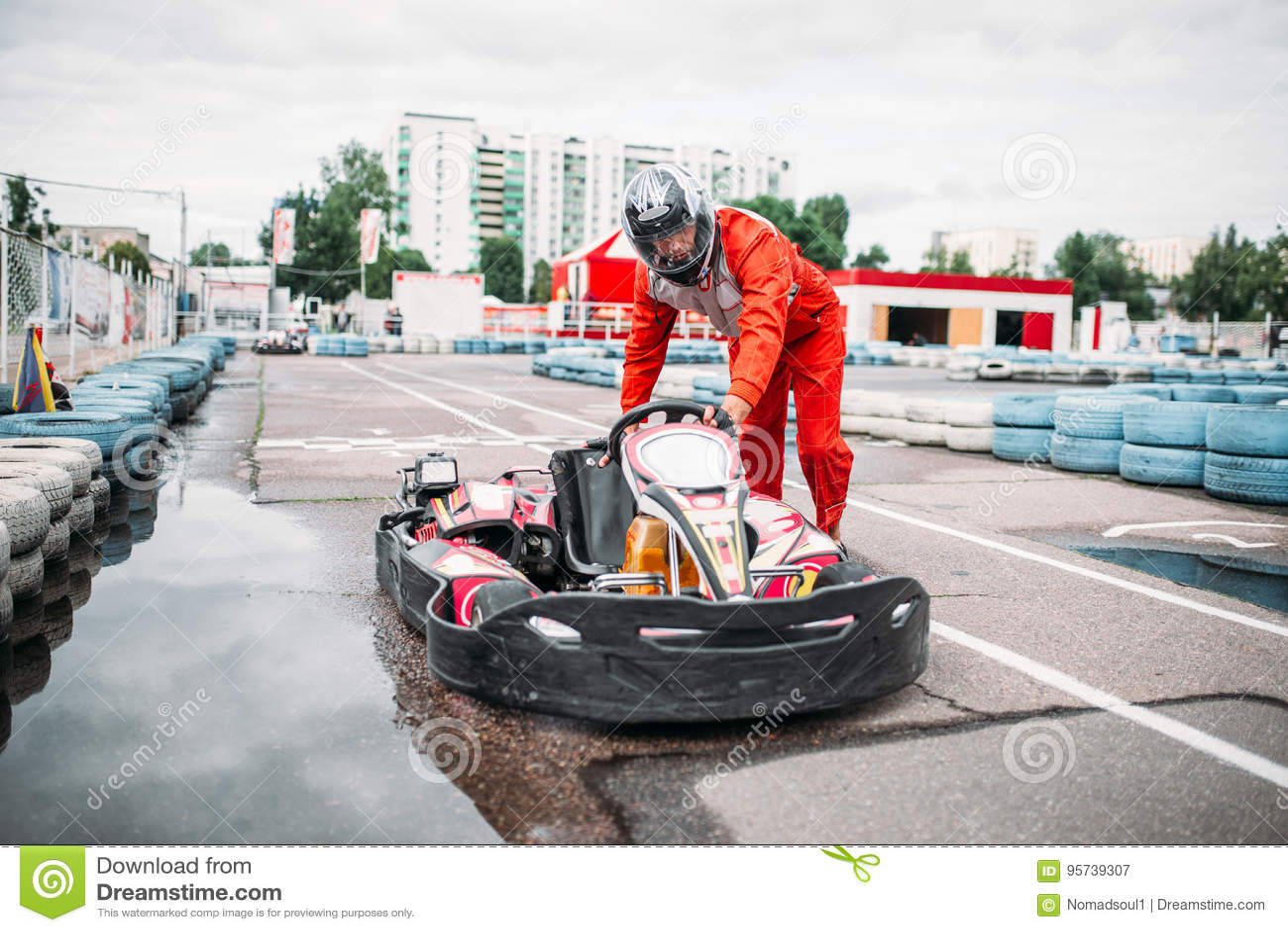 Le coureur de kart sur la ligne de début, vont conducteur de chariot
