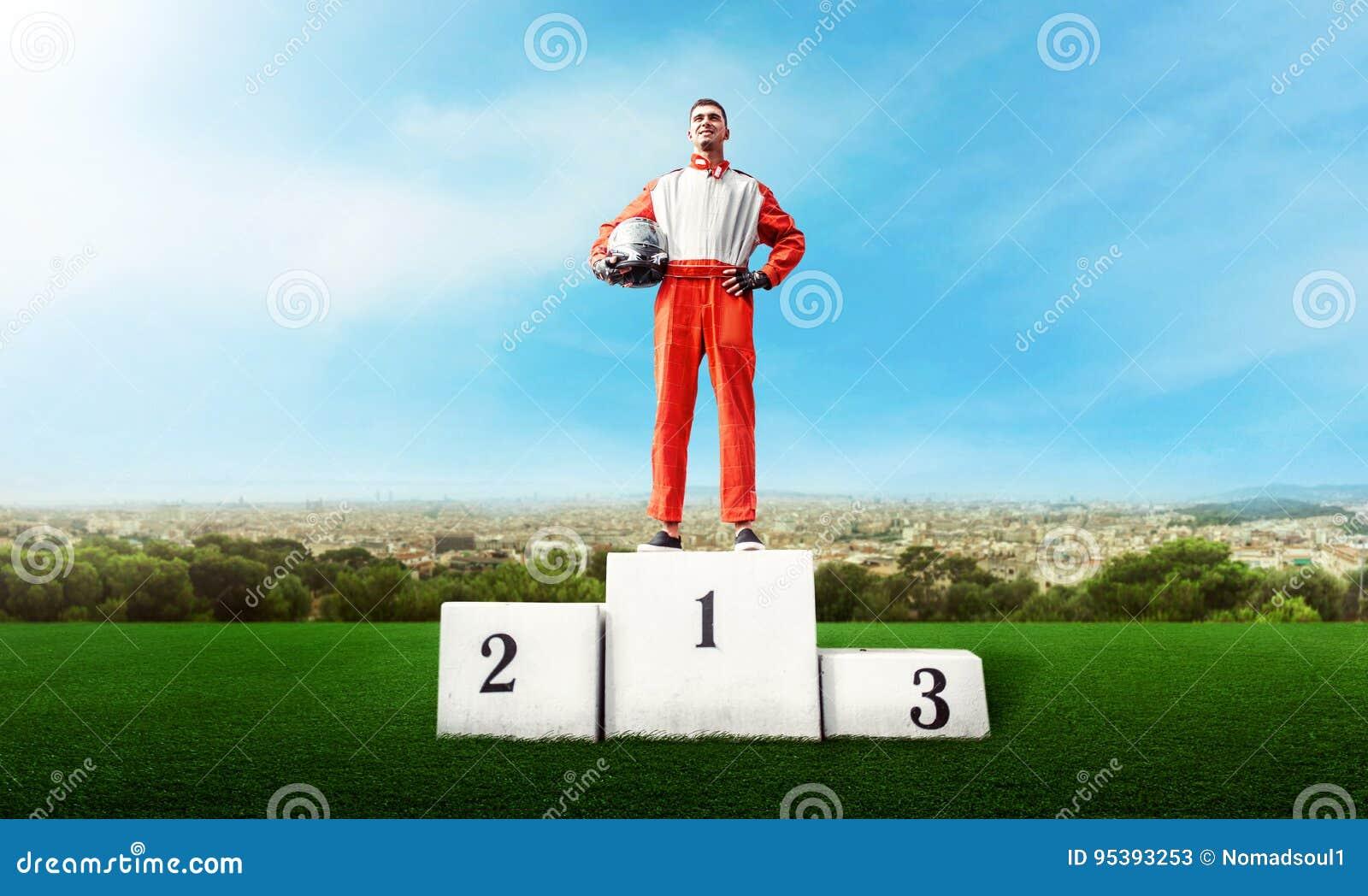 Le coureur de Karting sur le podium de gagnant vont concurrence de kart