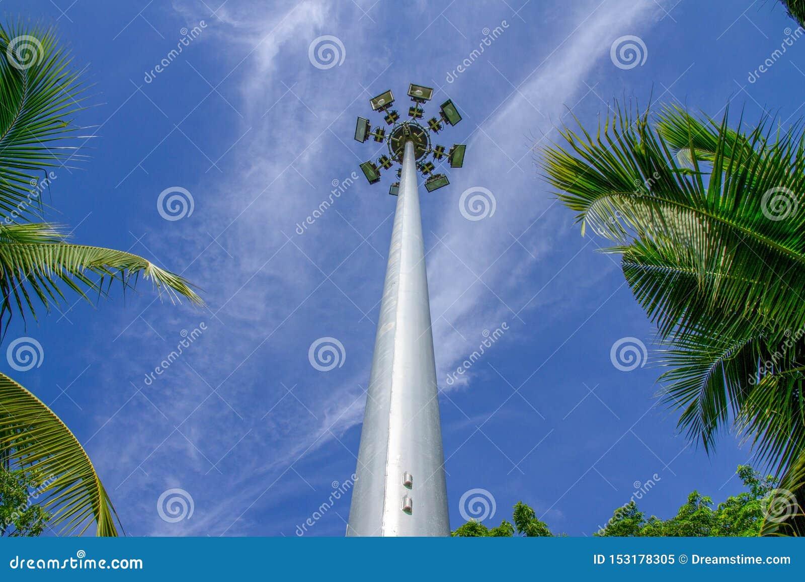 Le courrier grand de lampe intersectent avec le ciel bleu