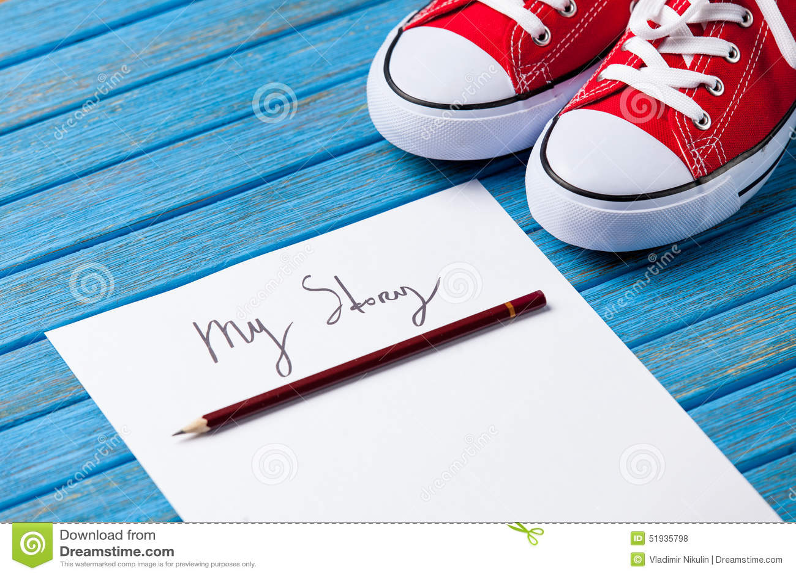 Le crayon et le papier avec mon histoire exprime près des chaussures en caoutchouc