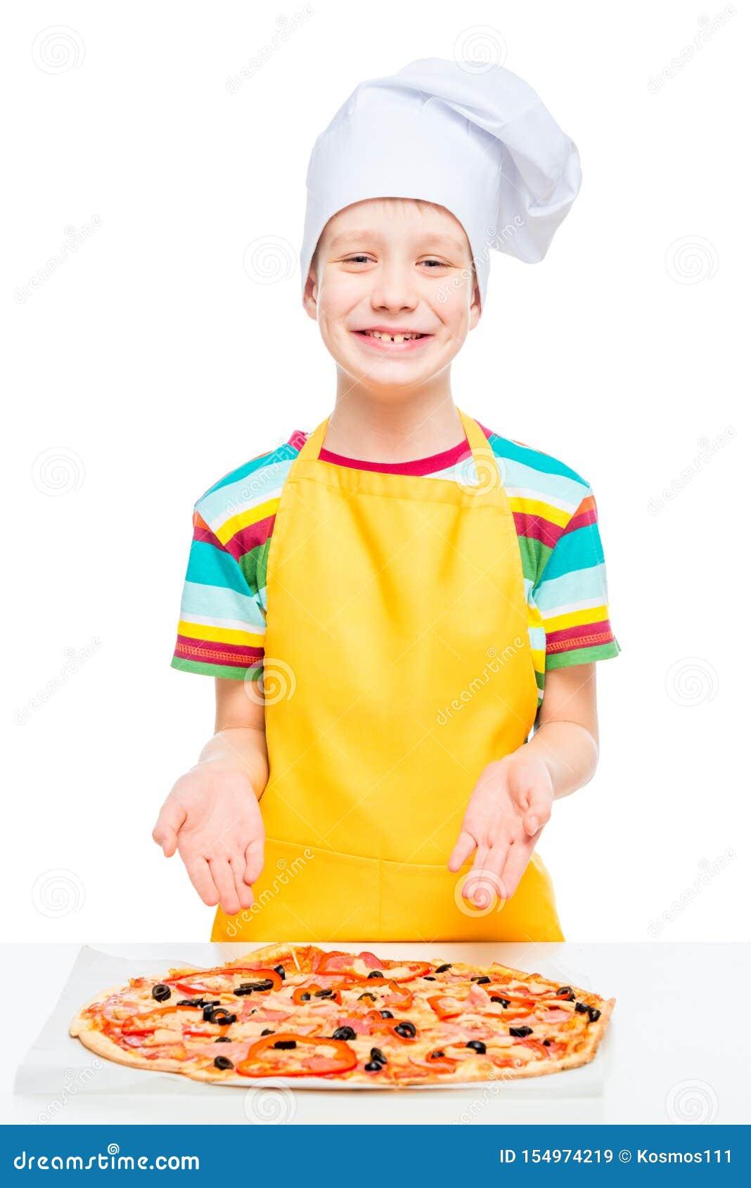 Le cuisinier de garçon a préparé la pizza des ingrédients naturels