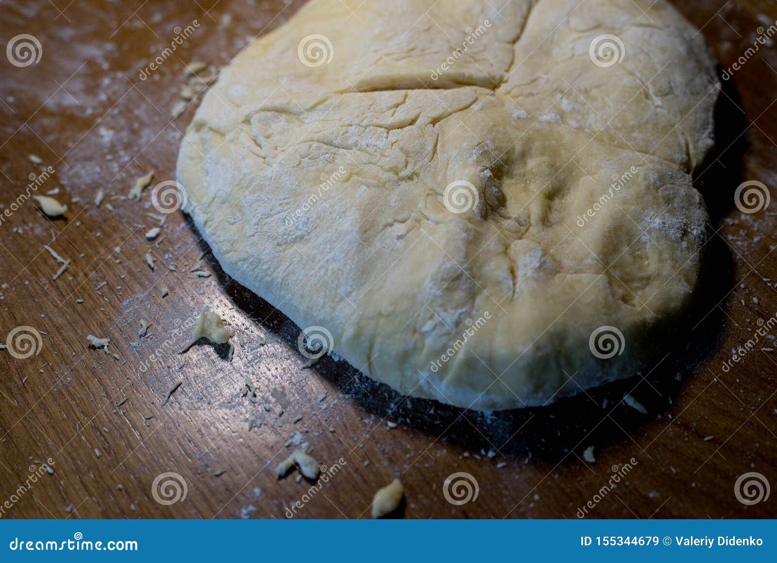 Le cuisinier de la pâte commence à faire les plats de cuisson