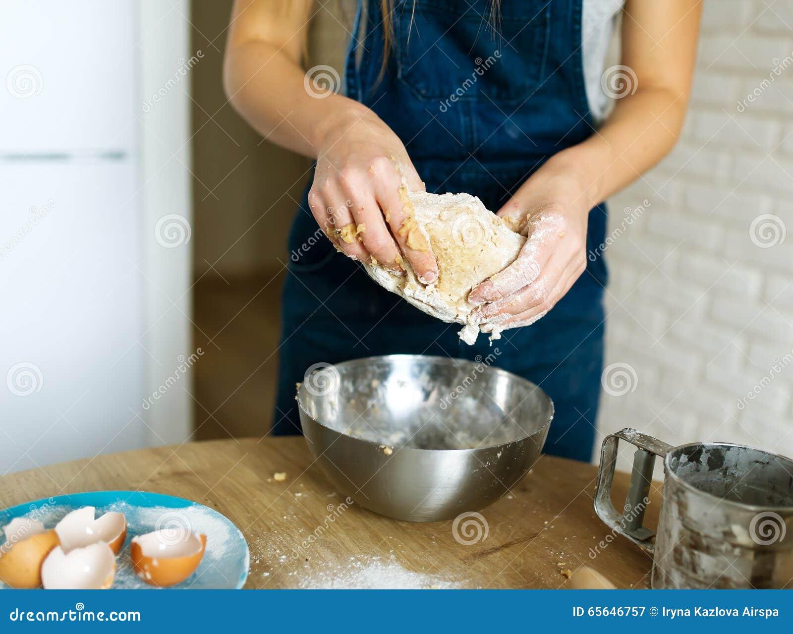 Le cuisinier féminin fait cuire la pâte pour des pâtisseries