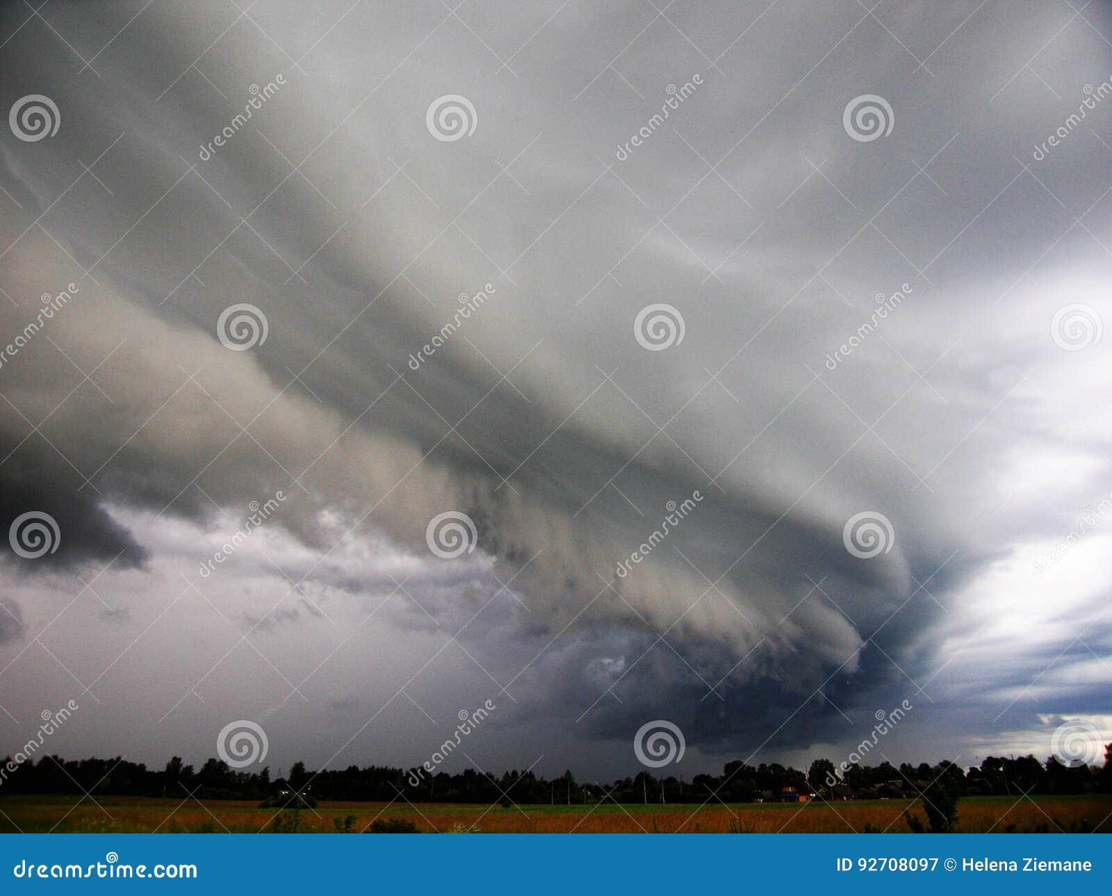 Le début d un orage Ciel effrayant Photo prise à la maison dans le domaine