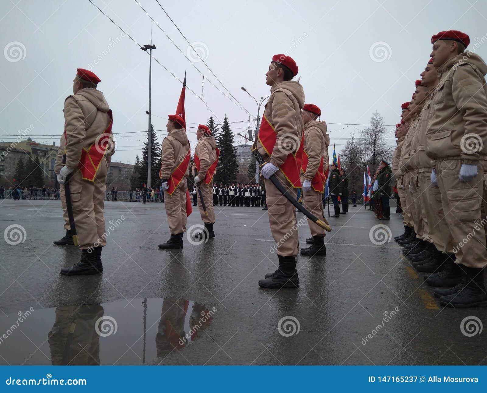 Le défilé de fête des militaires dans l uniforme sur peut 9 à Novosibirsk sur les troupes de marche de place de Lénine dans l uni