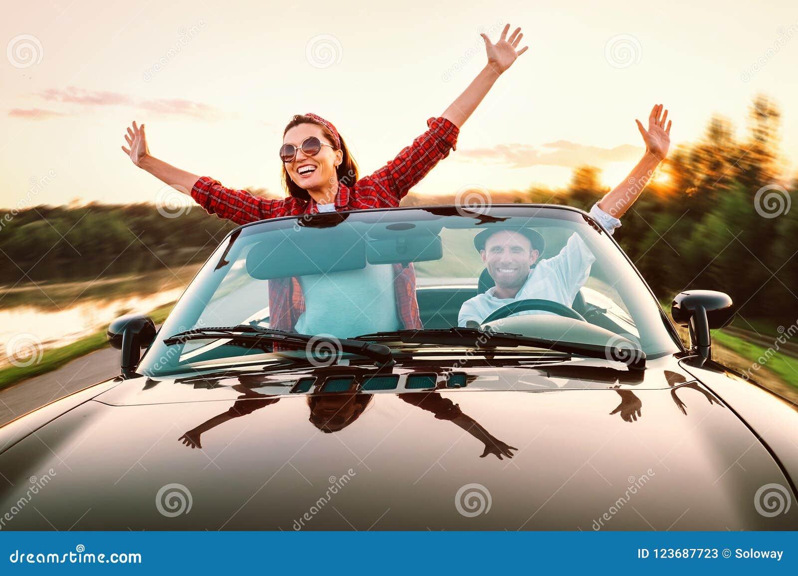 Le déplacement par les couples heureux automobiles dans l amour vont en voiture de cabriolet dans s
