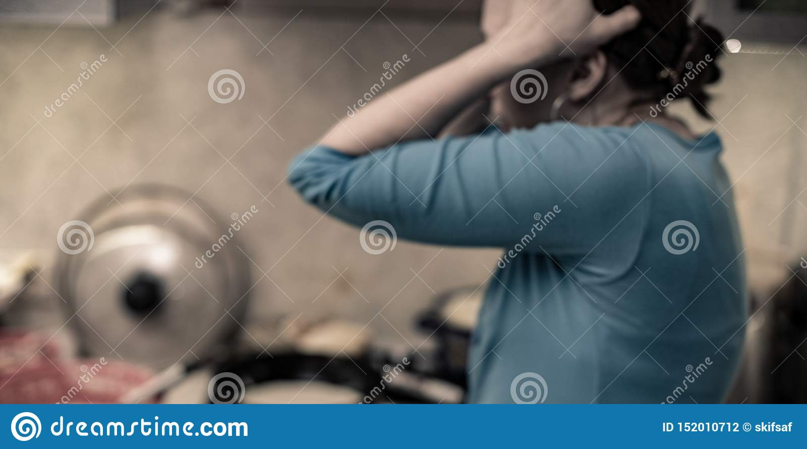 Le désordre dans la cuisine une femme tient sa tête dans l horreur du chaos