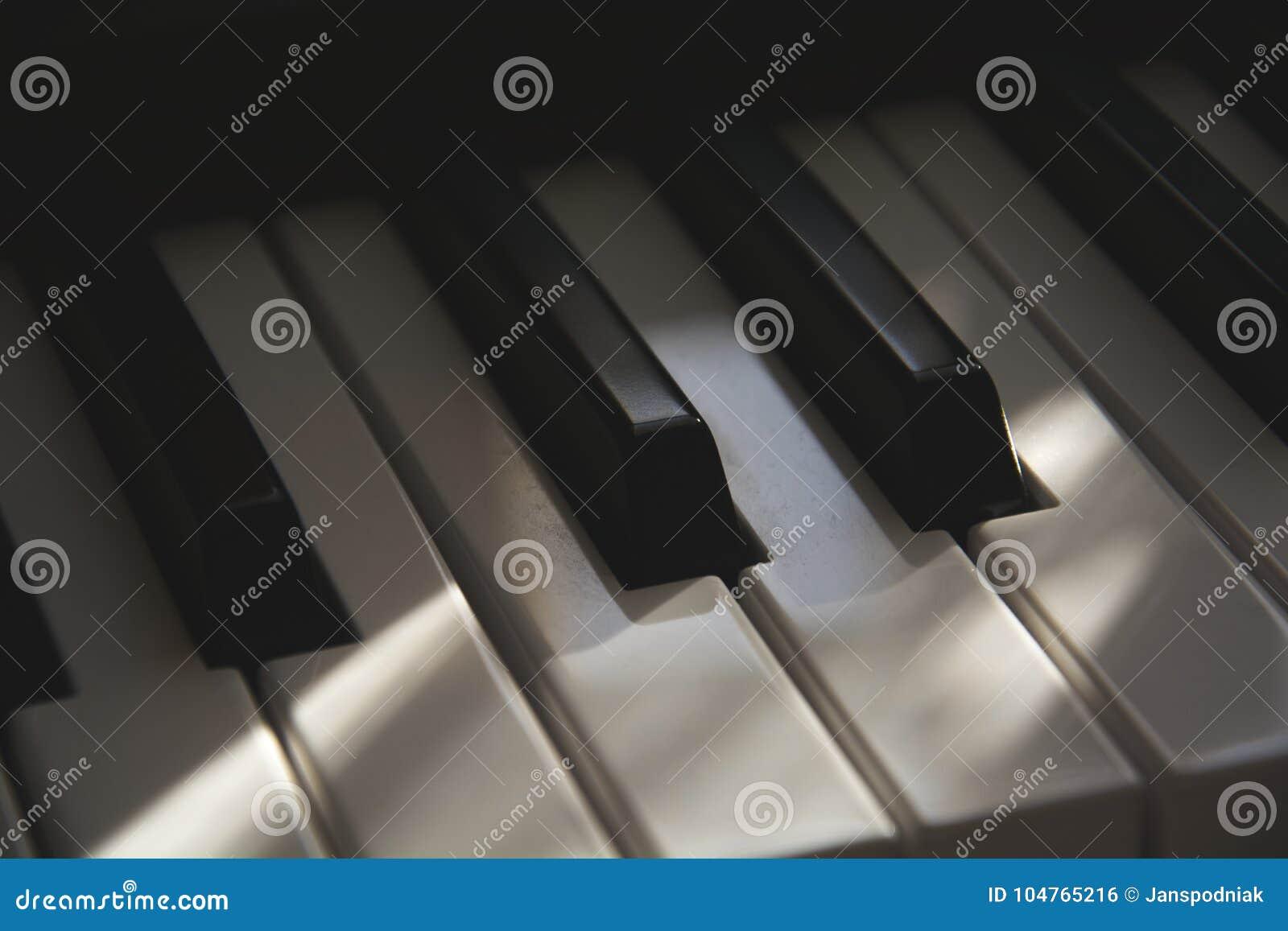 Le détail du vieux clavier de piano électronique cinématographique poussiéreux