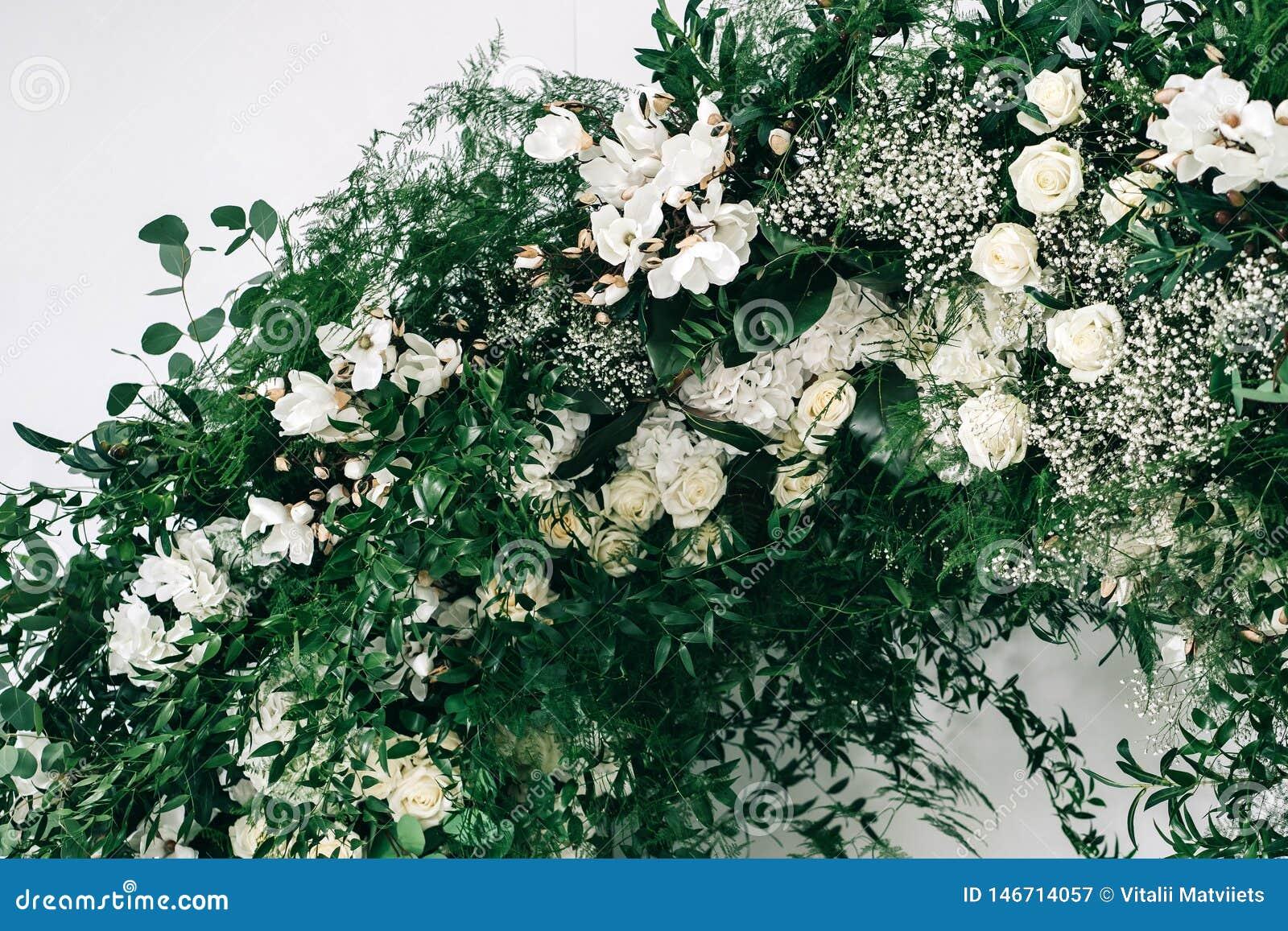 Le d?cor de mariage, accessoires, orchid?es, roses, l eucalyptus, un bouquet dans un restaurant, pr?side l arrangement de table