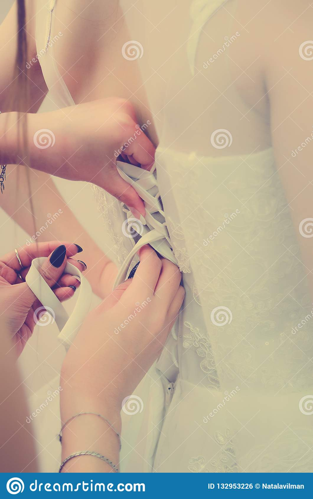 Le damigelle d onore contribuiscono ad allacciare la treccia sul vestito tonalità del instagram di stile