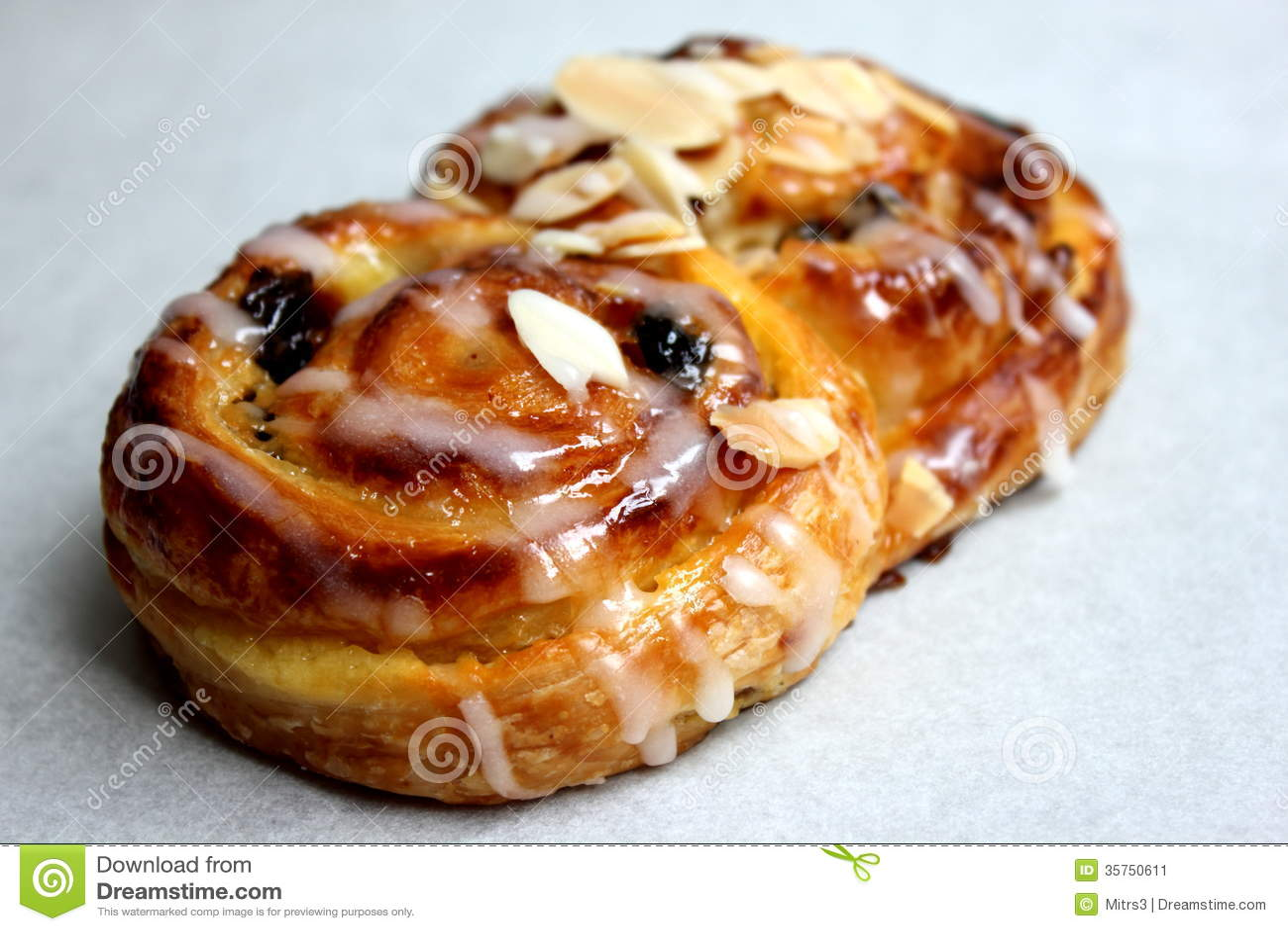 le danois de petit pain de raisin sec sur le fond blanc image stock image 35750611. Black Bedroom Furniture Sets. Home Design Ideas