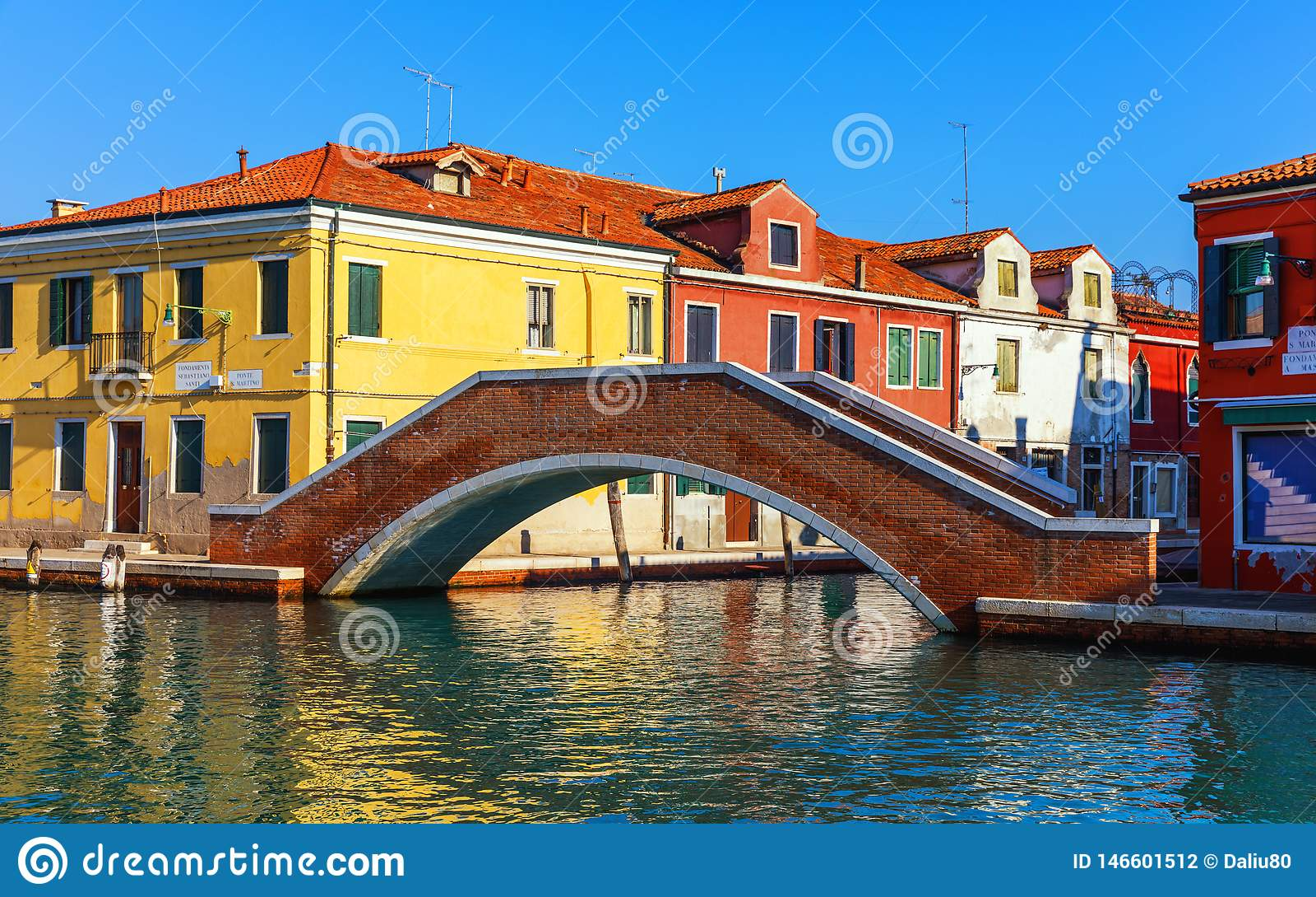 ?le de fabrication de verre de Murano, canal de l eau, pont, bateau et b?timents traditionnels Venise ou Venezia, Italie, l Europ