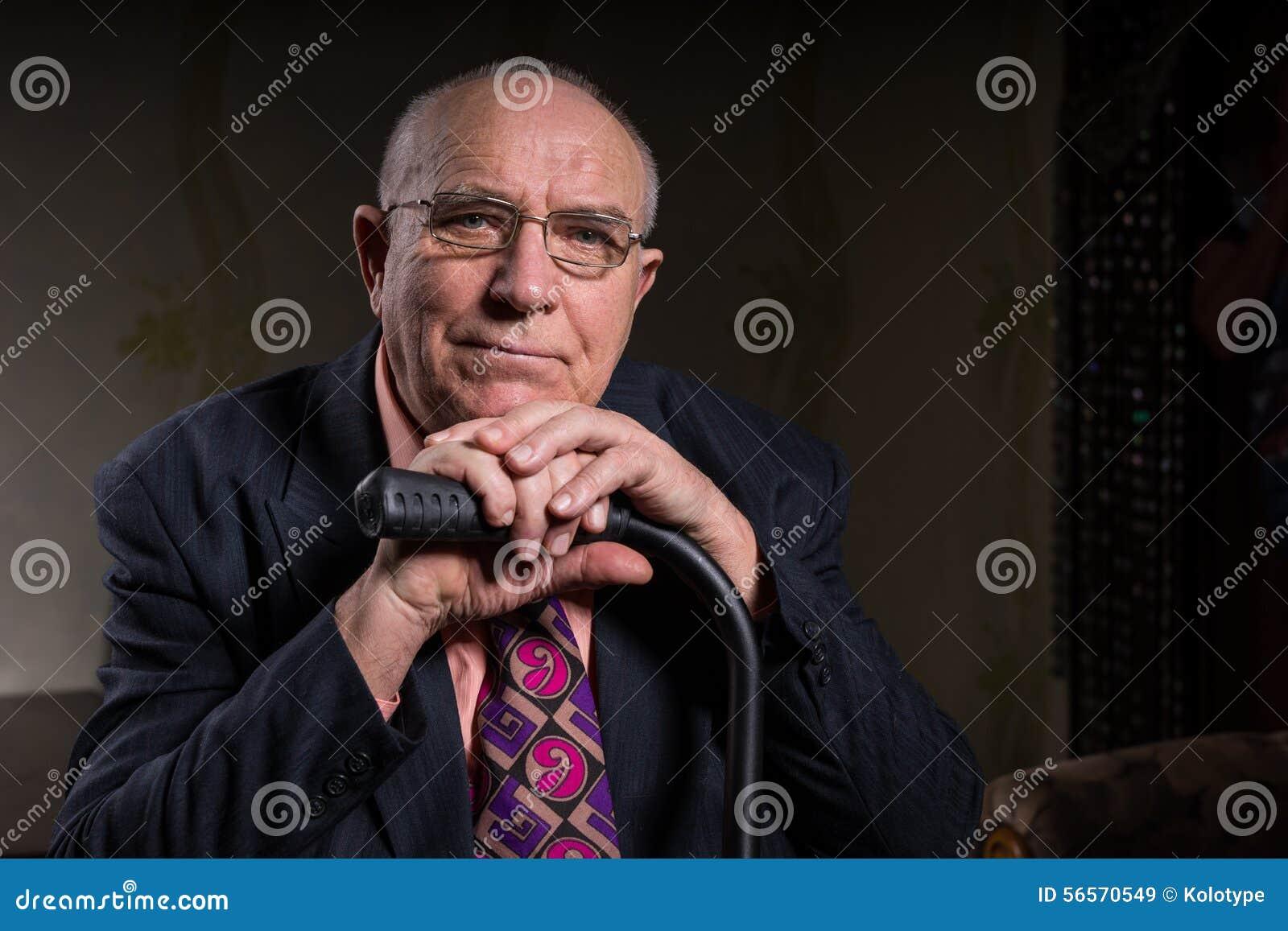 Le den gamla skalliga affärsmannen Holding hans rotting