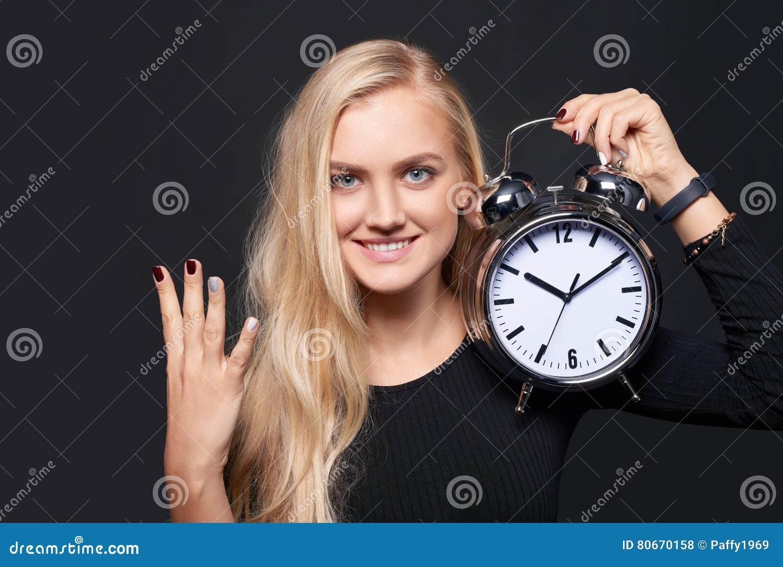 Le den hållande ringklockan för kvinna och räkna