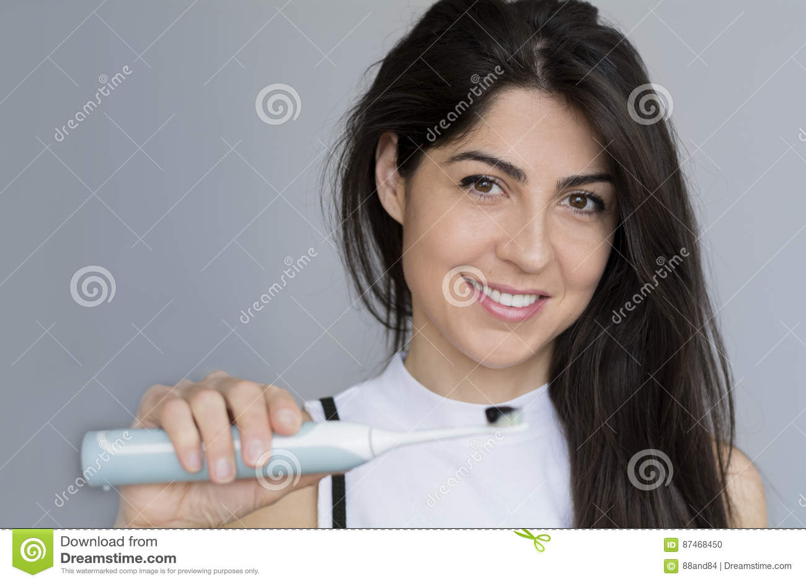 Le den hållande tandborsten för kvinna med svart koltandkräm