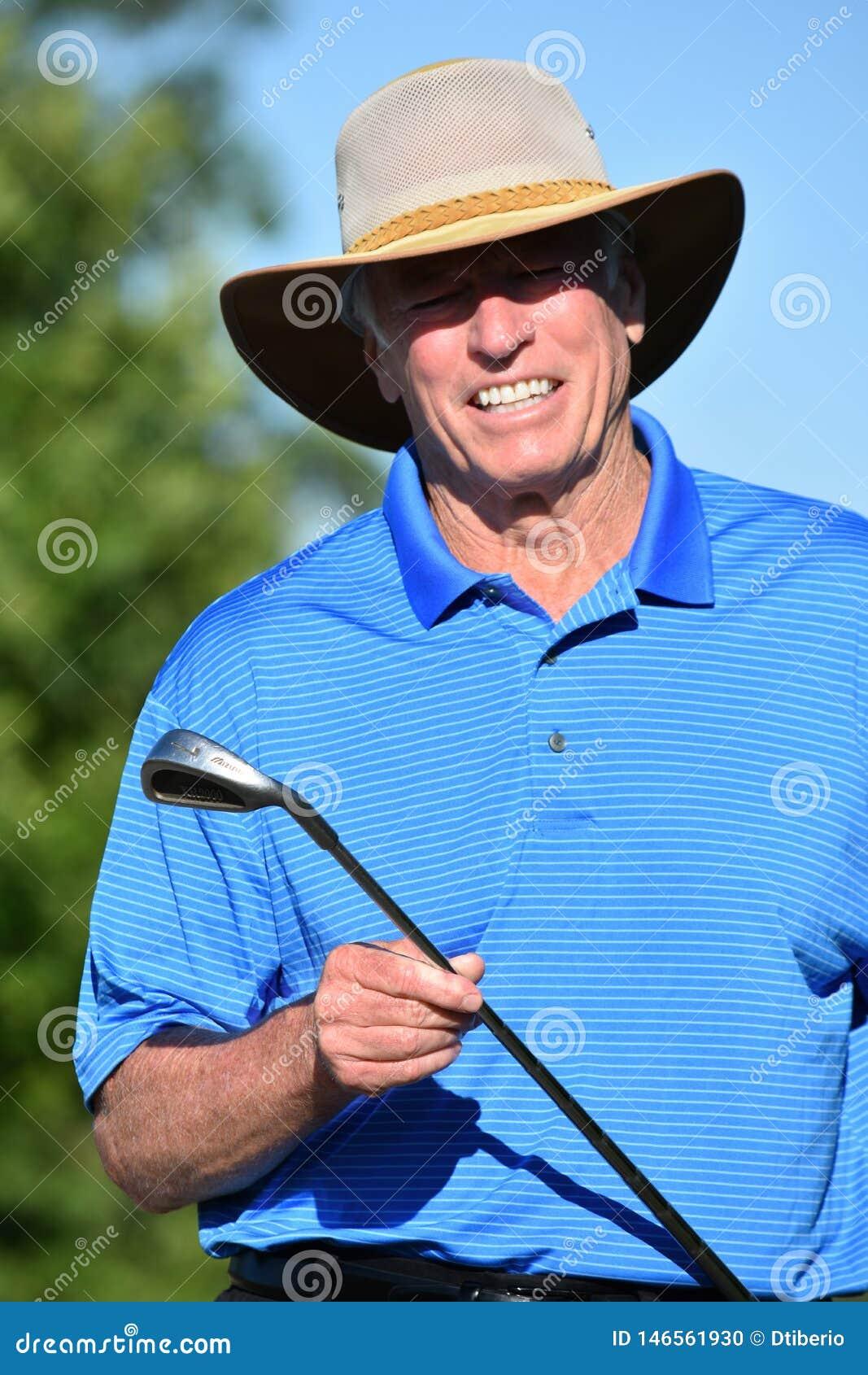 Le den manliga golfaren f?r pension?r med den Golf Club golfspelet