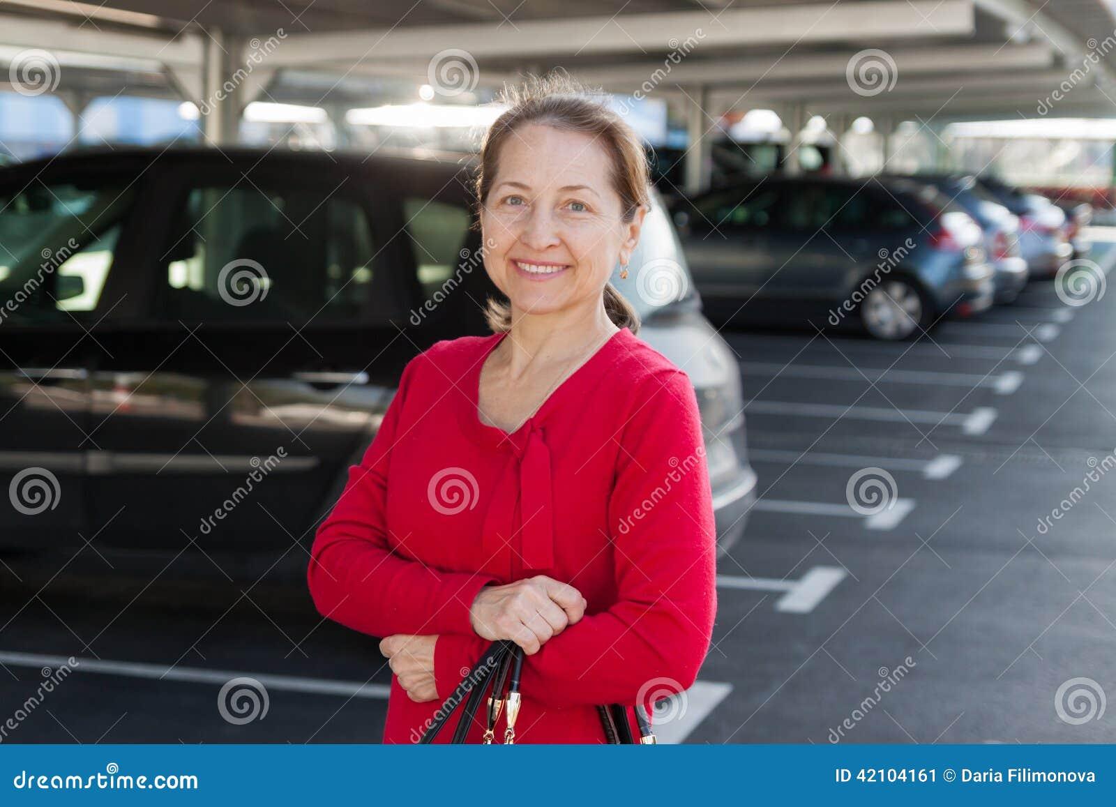 Le den mogna kvinnan på parkering