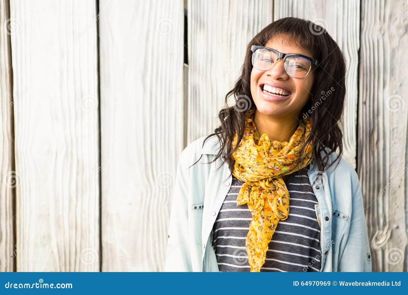 Le den tillfälliga kvinnan som poserar med exponeringsglas