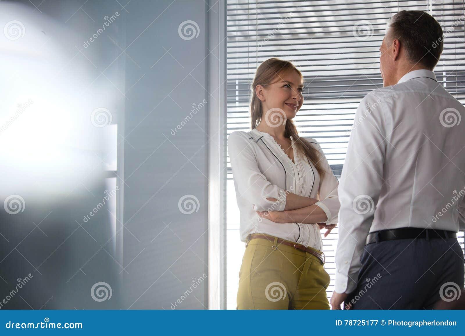 Le den unga affärskvinnan med den manliga kollegan i regeringsställning