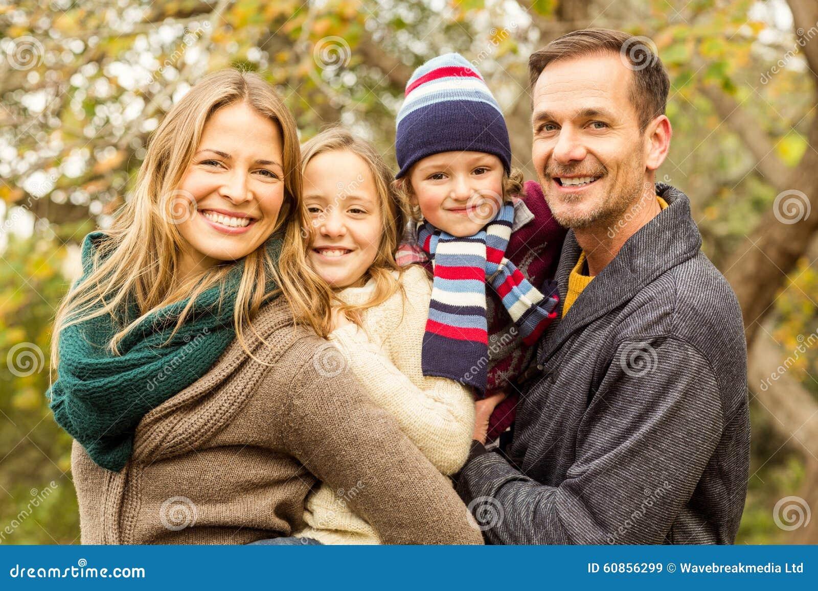 Le den unga familjen som tillsammans poserar