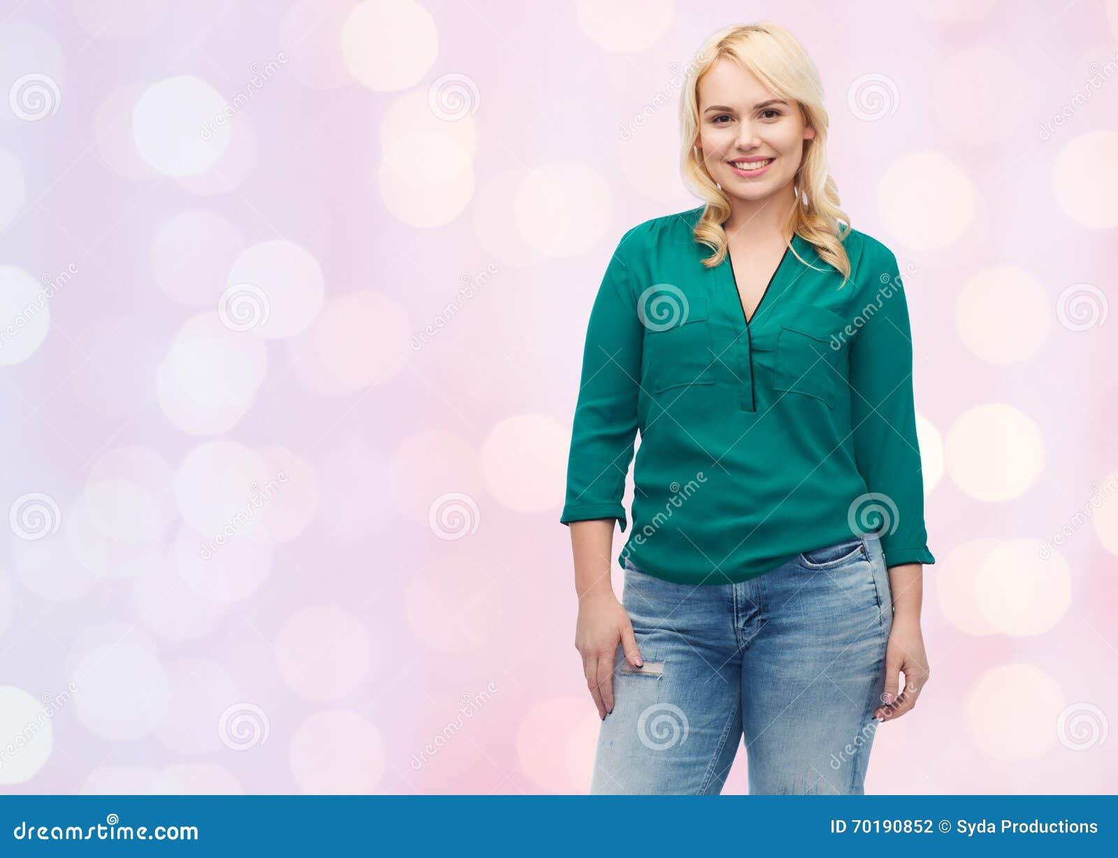 Le den unga kvinnan i skjorta och jeans