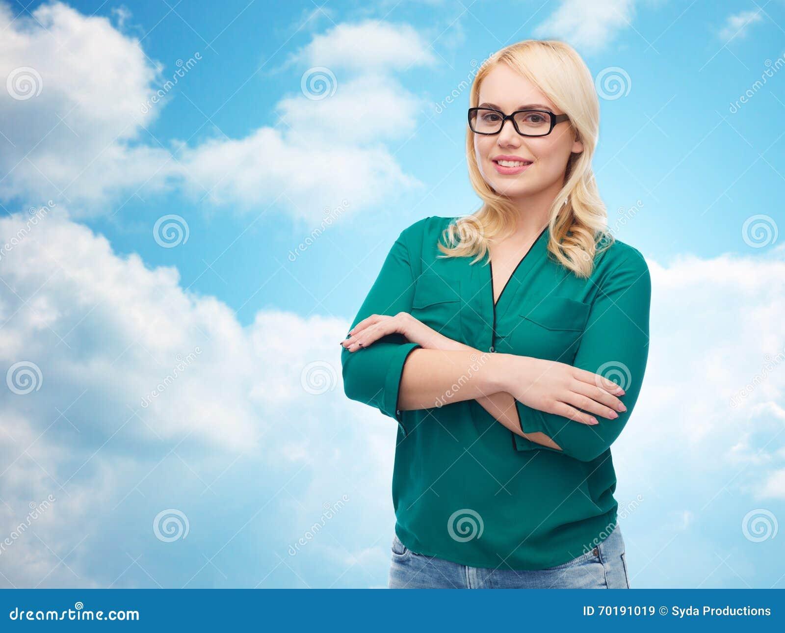 Le den unga kvinnan med glasögon