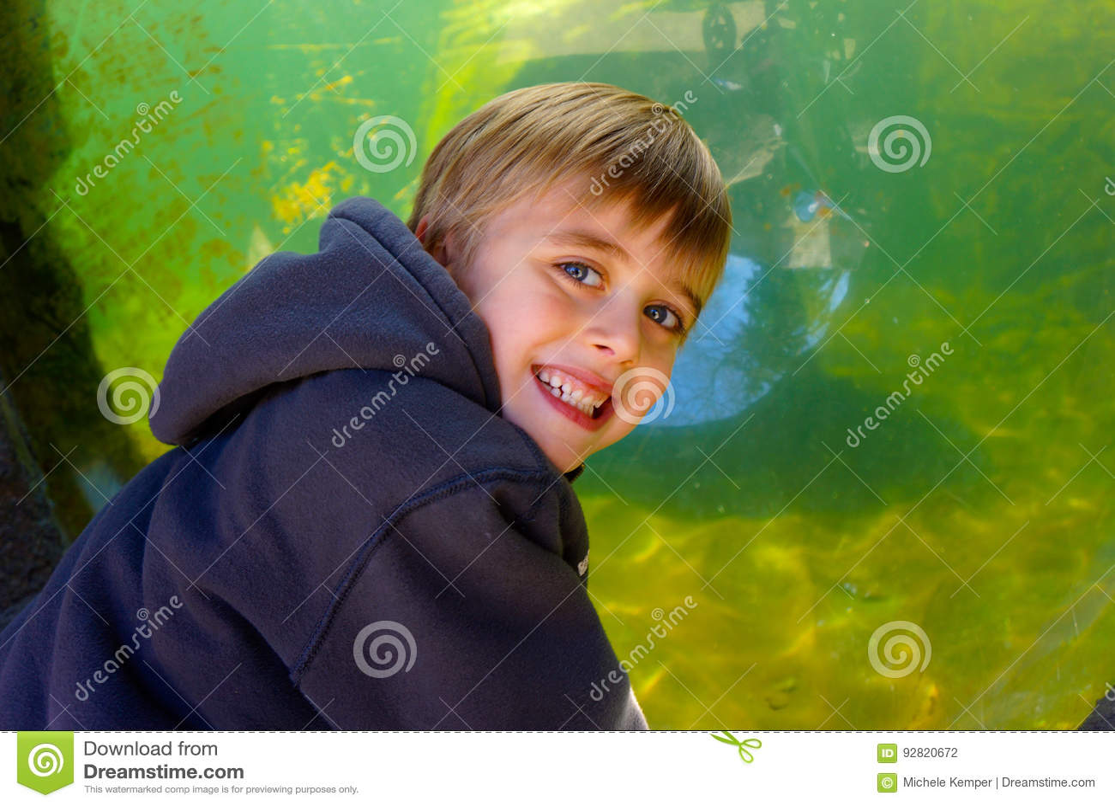 Le den unga pojken med akvariet tanka i bakgrund