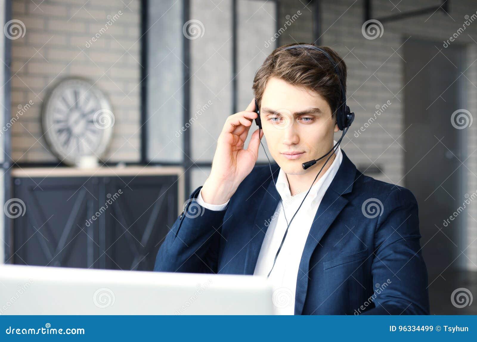 Le den vänliga stiliga unga manliga call centeroperatören