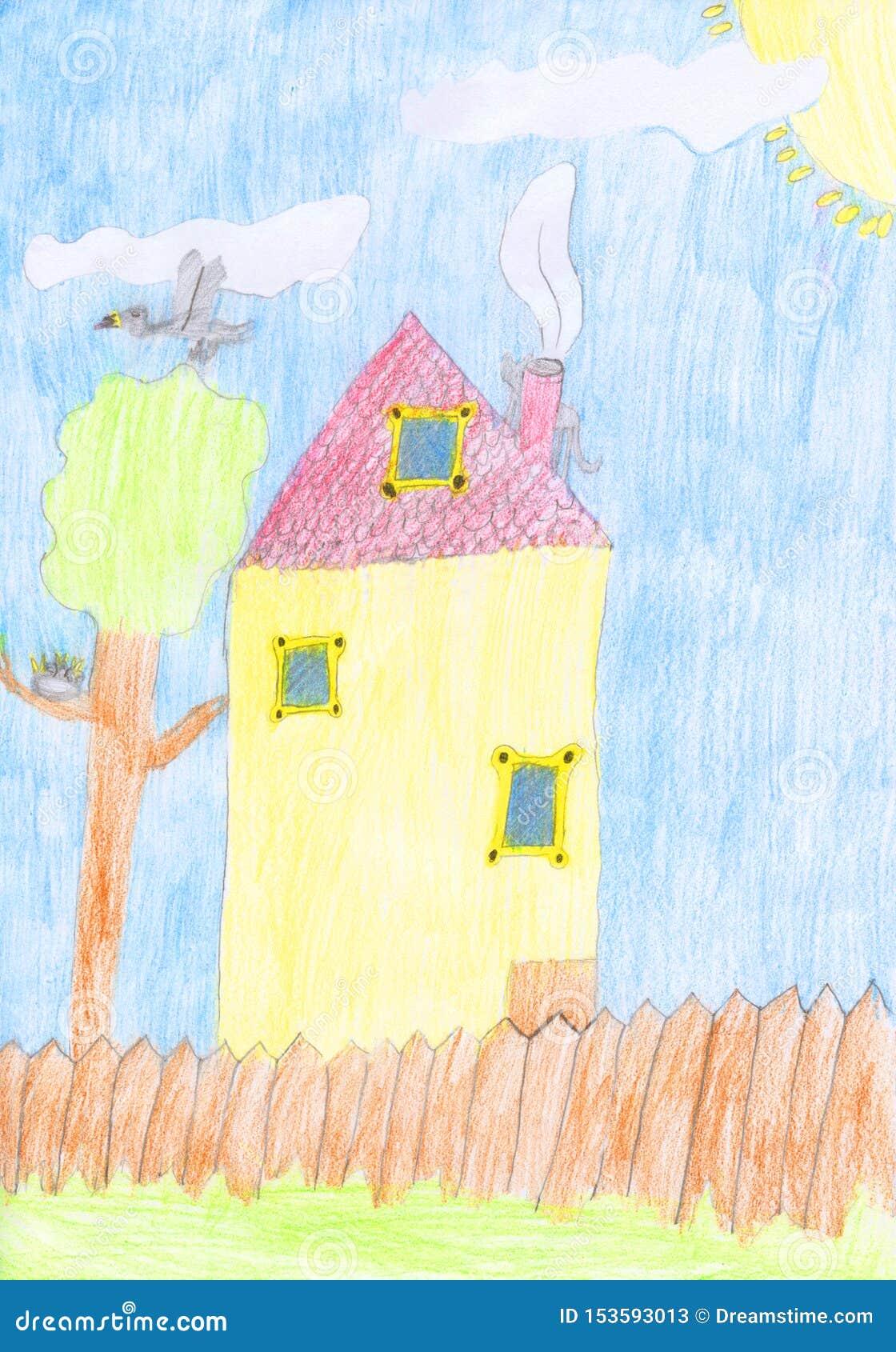 Le dessin au crayon coloré par enfants d une maison avec la barrière, l arbre et les oiseaux nichent