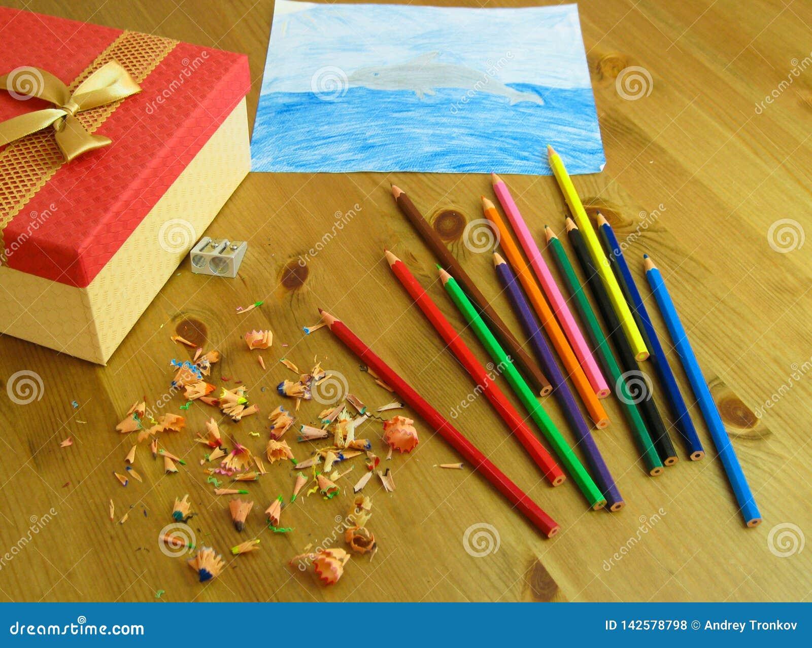 Le dessin des enfants a fait avec les crayons colorés
