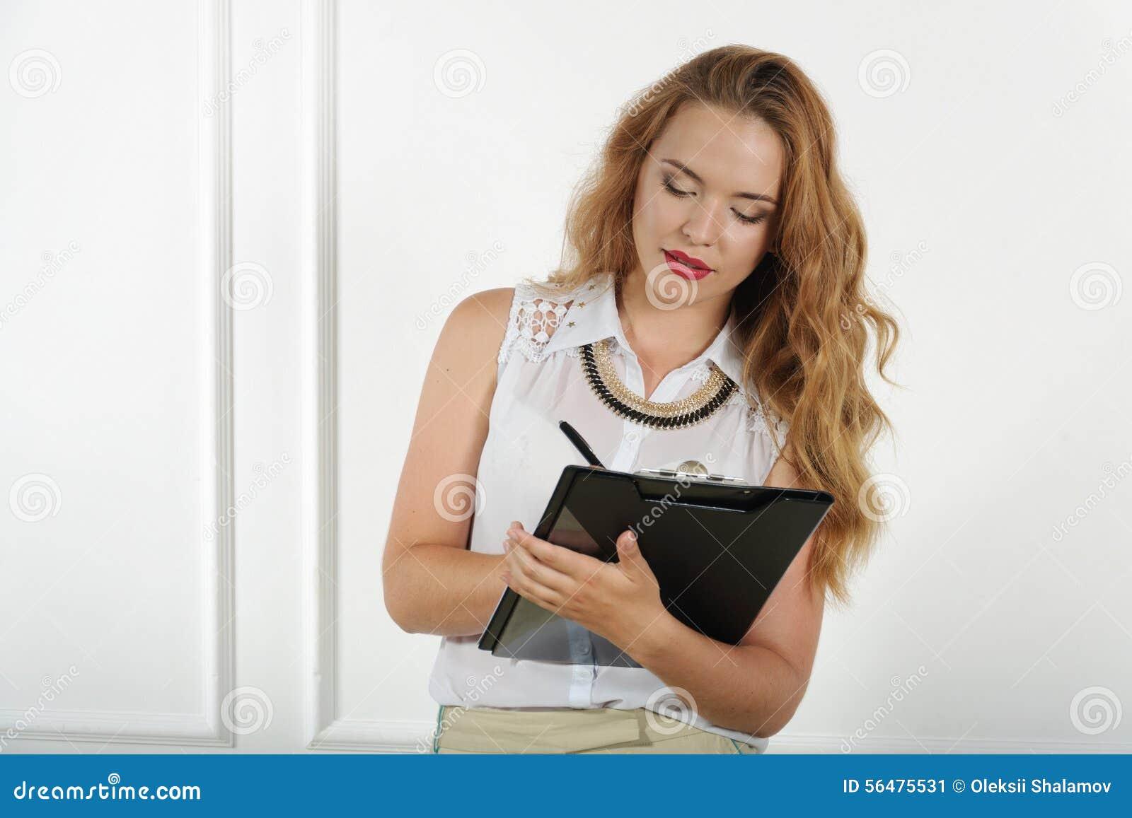 Le directeur fait avec enthousiasme des notes dans les documents