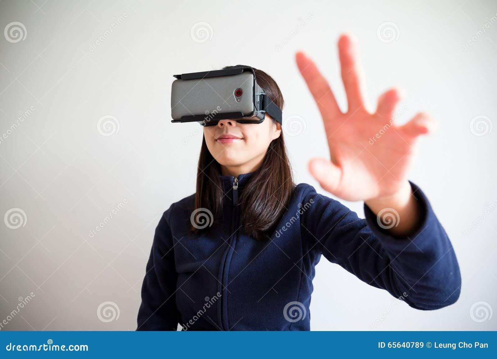 Le dispositif et la main de réalité d usage de jeune femme veulent en toucher