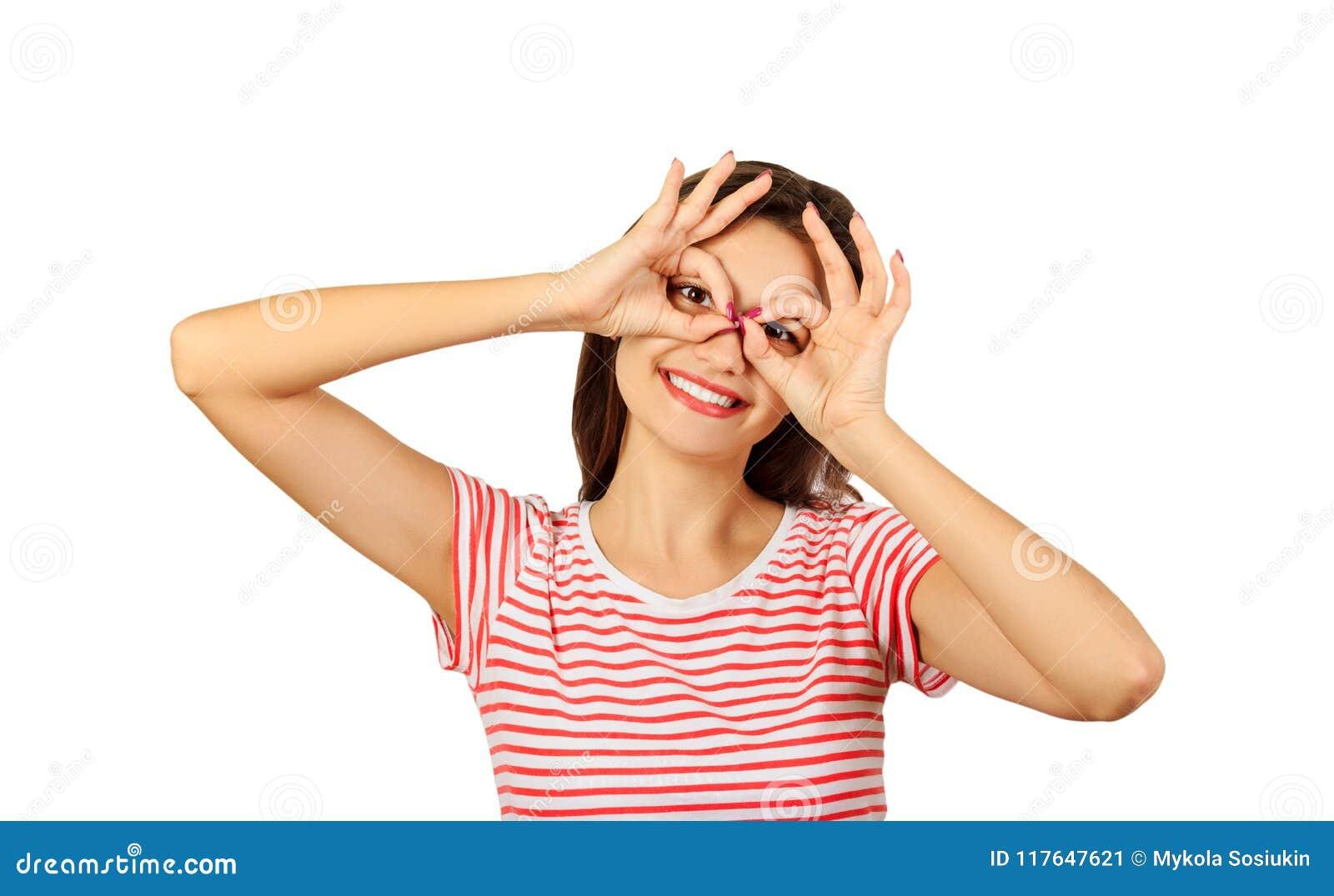 7900673dff03 Le dita allegre della tenuta della ragazza vicino osserva come i vetri  ragazza emozionale isolata su