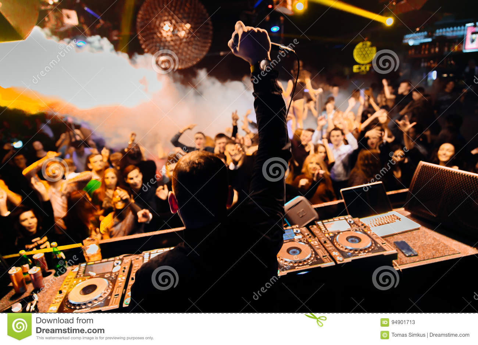 Le DJ au club