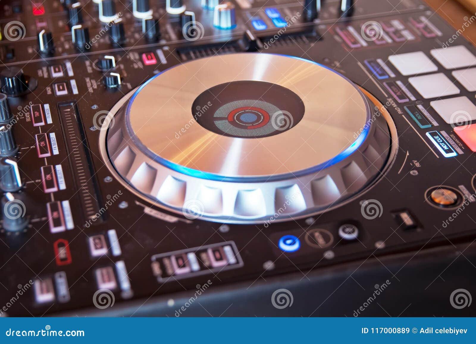 Le DJ consolent la partie de mélange de musique de maison d Ibiza de bureau du disc-jockey mp4 cd dans la boîte de nuit avec les