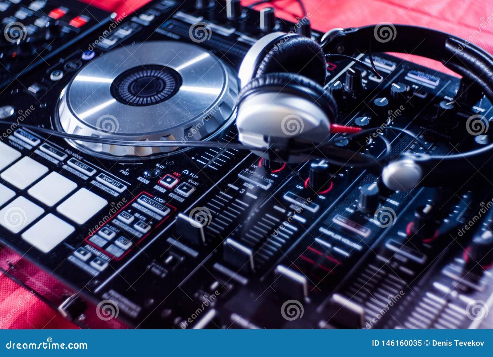 Le DJ jouant la musique au plan rapproch? et aux m?langes de m?langeur la voie dans la bo?te de nuit