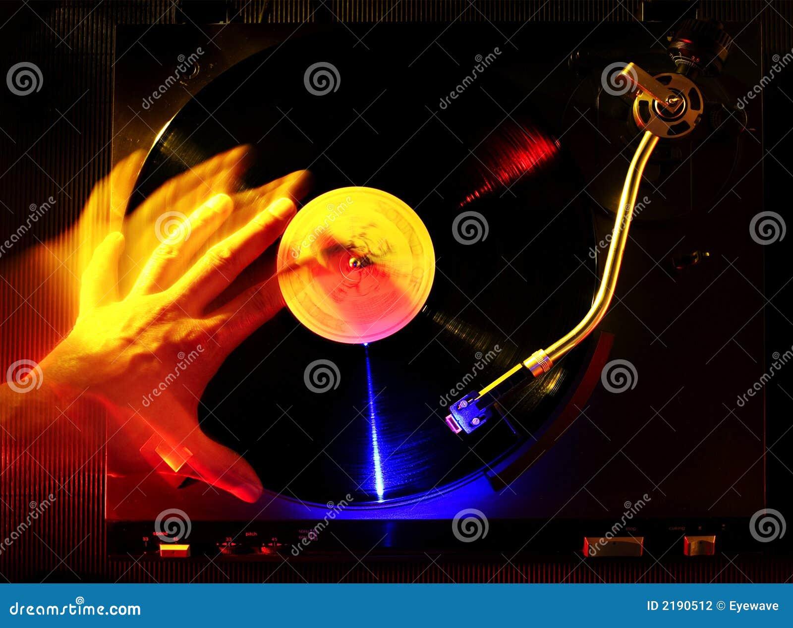 Le DJ rayant un disque de vinyle