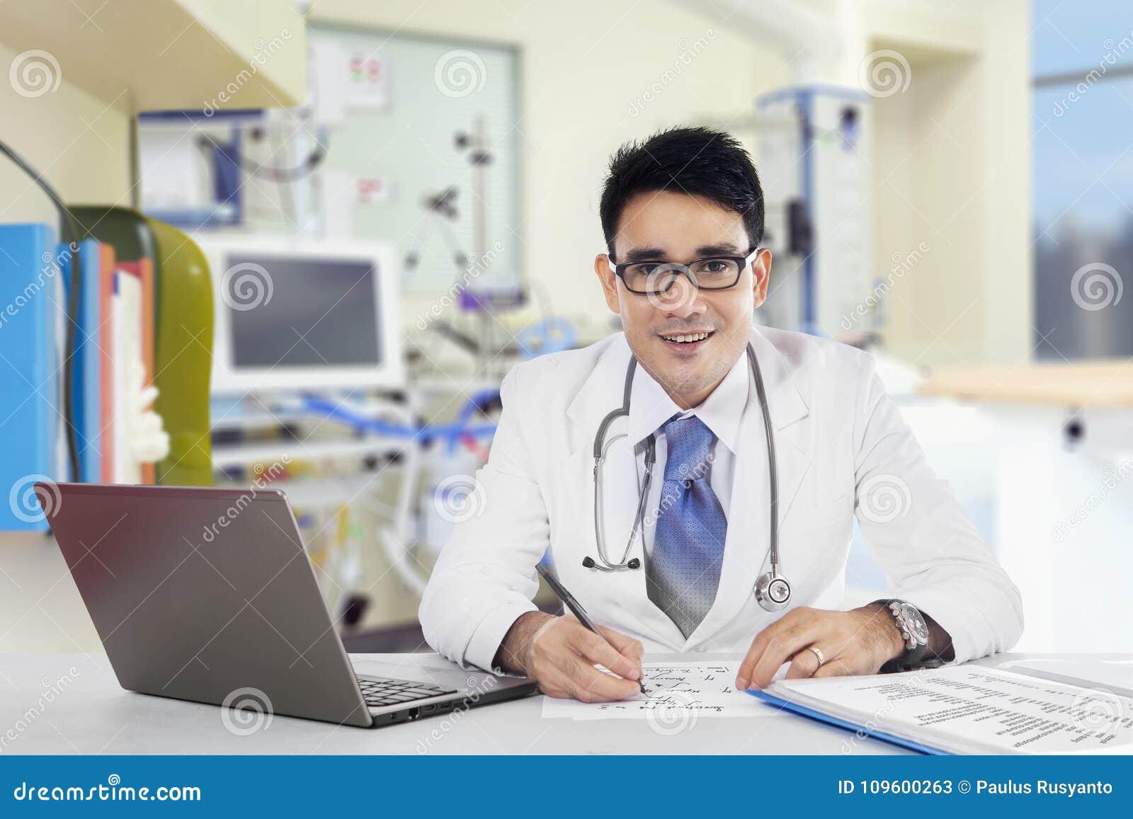 Le Docteur écrit Un Conseil Dans L'hôpital Image stock - Image du on