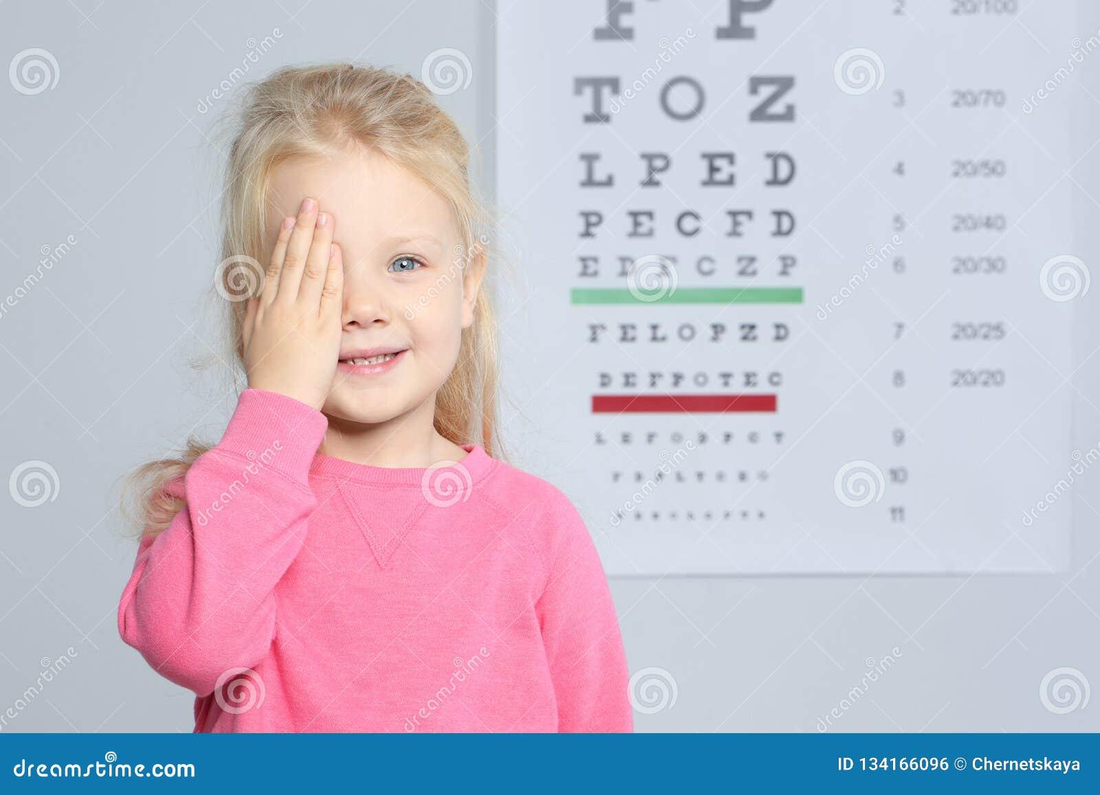 Le Docteur Des Enfants De Visite Mignons De Petite Fille L