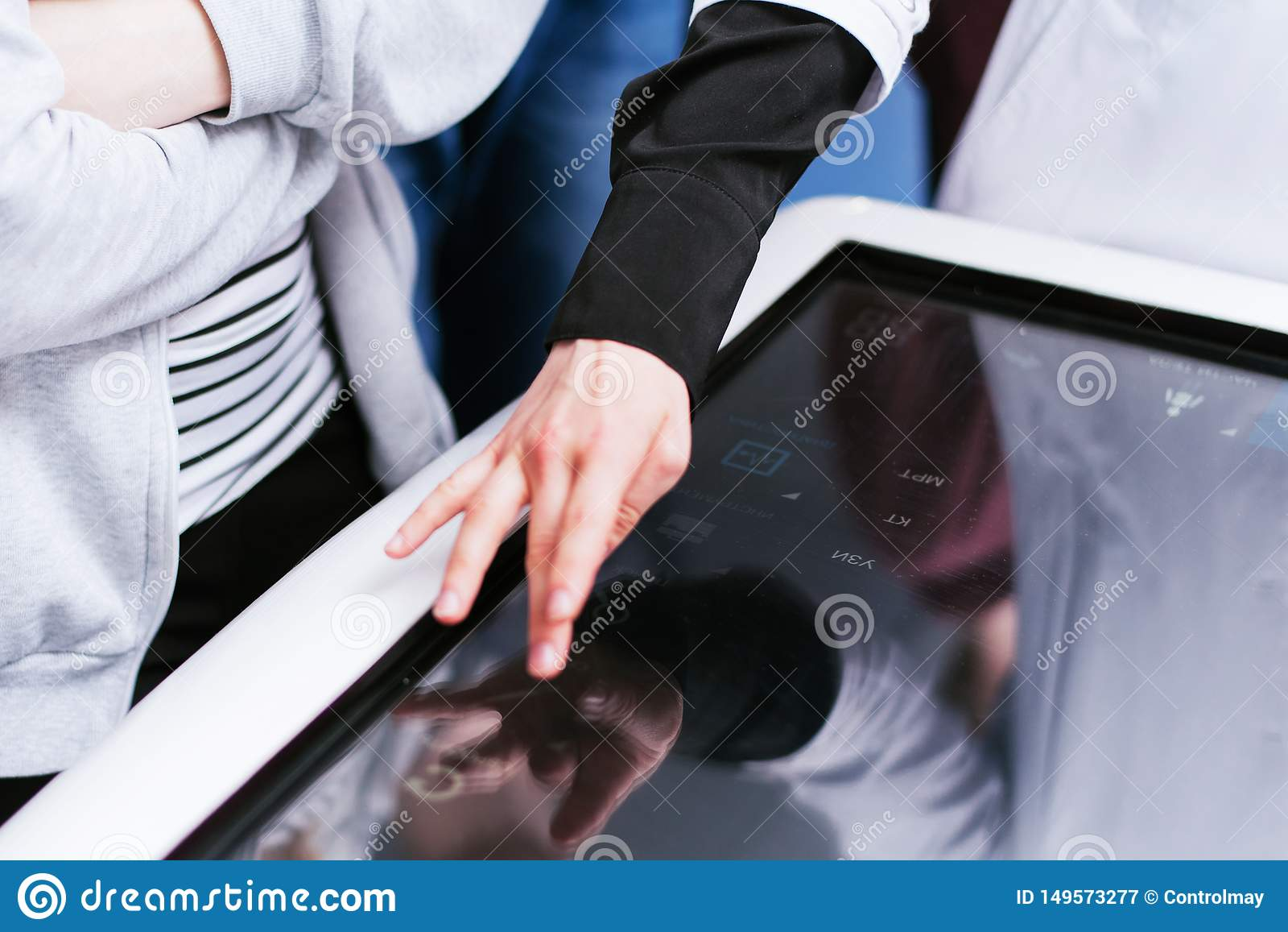 Le docteur examine les organes humains sur un écran tactile Éducation des étudiants en médecine