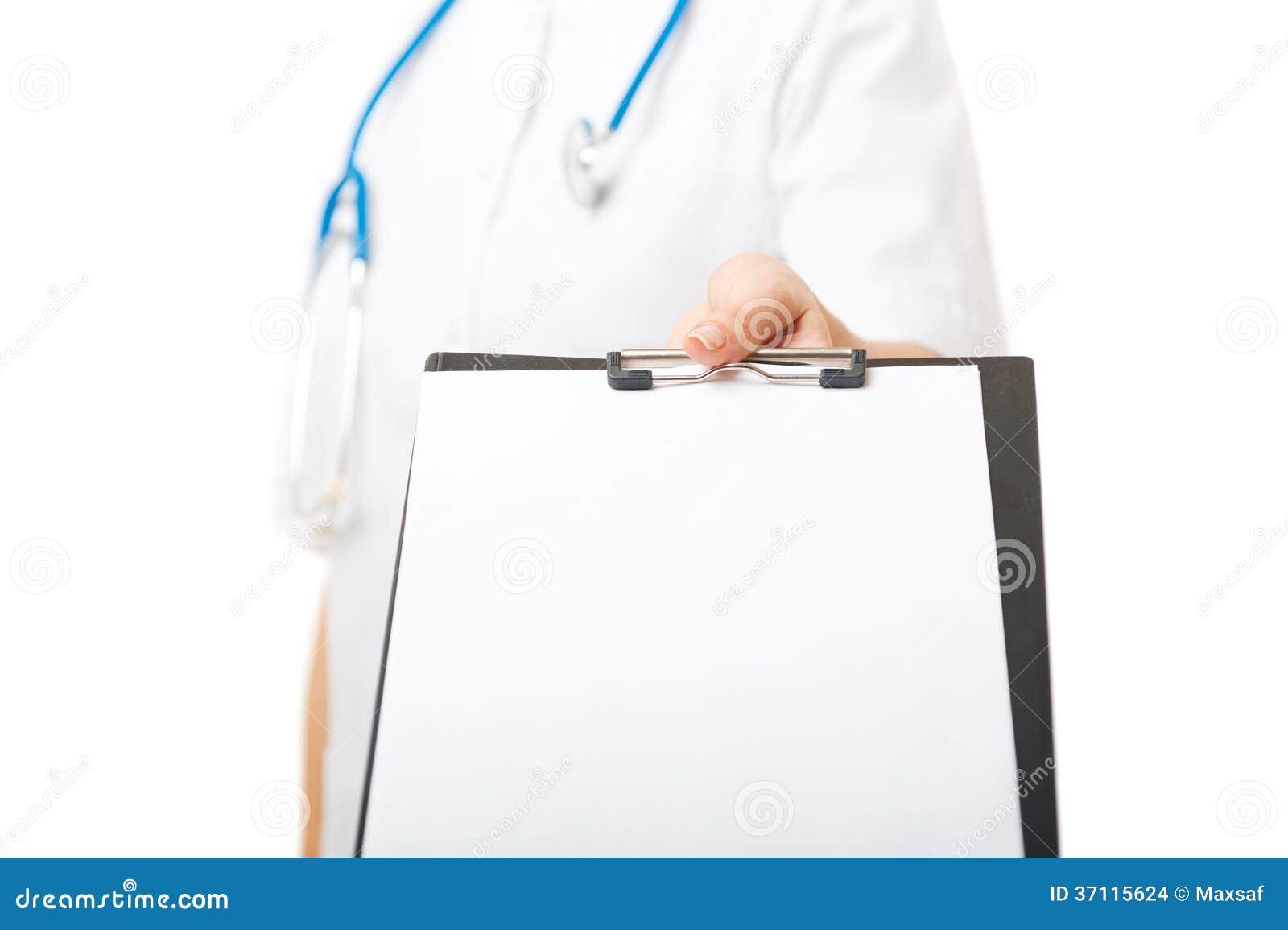 Le docteur féminin tient le presse-papiers avec la feuille de papier blanche