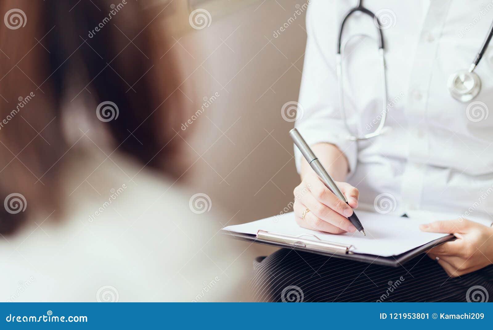 Le docteur fournit à la consultation le patient et enregistre l histoire de traitement complètement