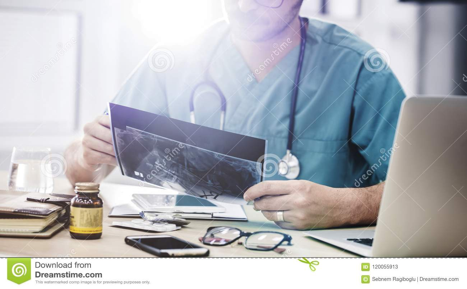 Le docteur regardant des rayons X