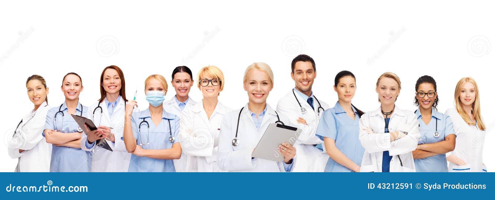 Le doktorer och sjuksköterskor med minnestavlaPC