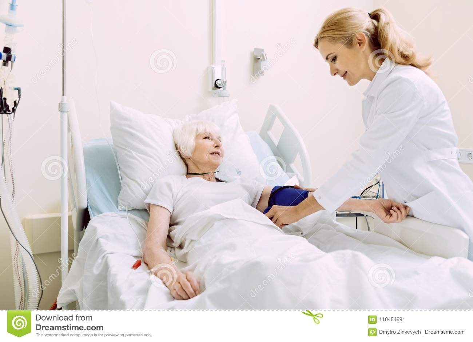 Le doktorn som kontrollerar arteriellt tryck på sjukhuset